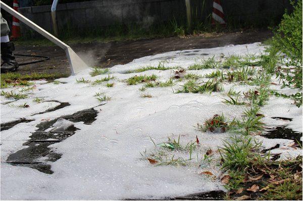 神戸市建設局が、小泉製麻㈱の取り扱う「Foamstream」で公園の除草作業を実施